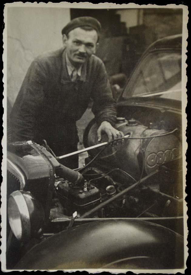 Nagypapa szerel látható az Audi 4 karikája a benzin tartályon630x908