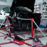Huzatópad autóval, karosszéria javítás közben a műhelyben