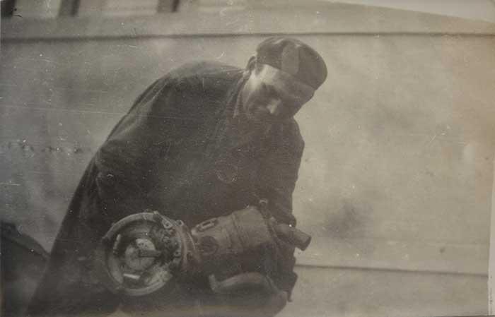 Cégtörténetünk Nagyapánkkal kezdődött, itt egy 115 kilós motort rak a helyére
